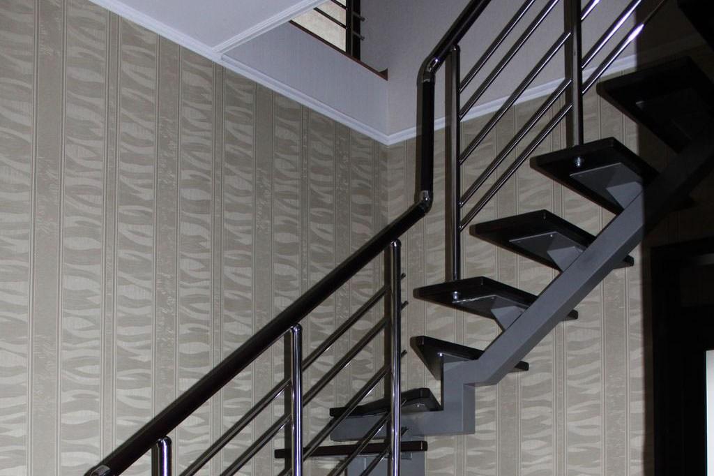 Лестница по метал косоуру